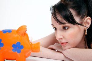 貯金箱と女性