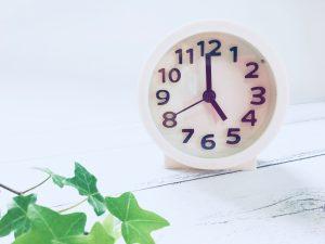 5時をさす時計